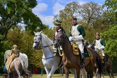 Jinetes del montar a caballo en trajes históricos de la época de Napoleon Bonaparte durante juego histórico del ` s de Napoleon d foto de archivo libre de regalías