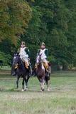 Jinetes del montar a caballo en trajes históricos de la época de Napoleon Bonaparte durante juego histórico del ` s de Napoleon d foto de archivo