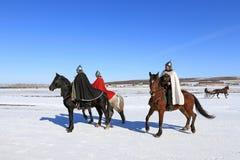 Jinetes en el invierno en los trajes de soldados rusos antiguos Imagen de archivo libre de regalías