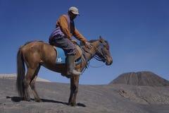 Jinetes en el parque nacional de Bromo que venden puerta a puerta los servicios de la equitación para los turistas imagenes de archivo