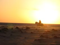 Jinetes en la puesta del sol Foto de archivo