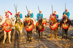 Jinetes marroquíes del caballo durante festival de la fantasía Imagenes de archivo