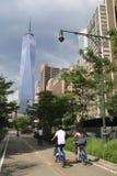 Jinetes no identificados de la bicicleta cerca de Freedom Tower en NY Imagen de archivo