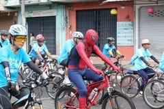 Jinetes no identificados en la acción durante la bici para el evento de la mamá Fotos de archivo