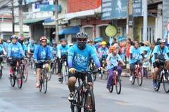 Jinetes no identificados en la acción durante la bici para el evento de la mamá Imagenes de archivo