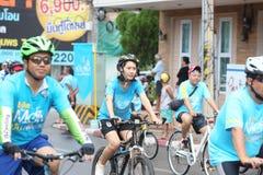Jinetes no identificados en la acción durante la bici para el evento de la mamá Fotografía de archivo libre de regalías