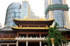 Jing'an Temple e arranha-céus moderno Imagem de Stock