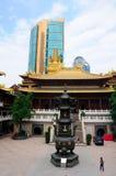 Jing'an Temple y rascacielos moderno Imagenes de archivo