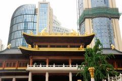 Jing'an Temple y rascacielos moderno Imagen de archivo