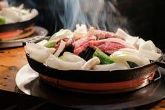 Jingisukan ou Genghis Khan, mouton grillé japonais sur une poêle convexe en métal images stock