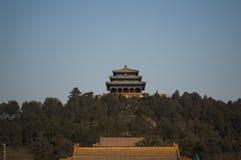 Jingshan parkerar templet på kullen som ses från Forbiddenet City, Peking, Kina Royaltyfri Bild
