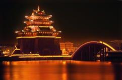 jinming开封湖晚上寺庙的古老瓷 免版税图库摄影
