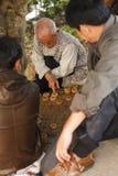 Denkender Mann während eines Spiels des chinesischen Schachs Lizenzfreie Stockfotos