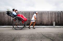 Jinrikisha lub Japoński riksza jadący męskim kierowcą Fotografia Royalty Free