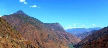 Jinsha River i moutainområde royaltyfria foton