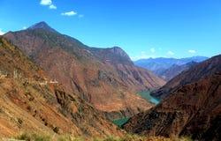 Jinsha River i moutainområde royaltyfri foto