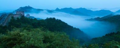 Jinshanling中国长城早晨雾的 免版税库存图片
