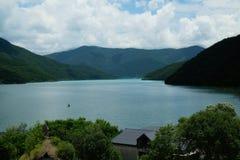 Jinvali-Wasserreservoir, Georgia lizenzfreie stockfotografie