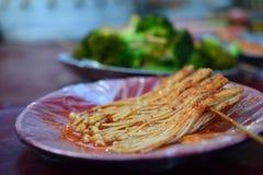 Jinzhengu, witte kruidige paddestoel, Chinees voedsel, de delicatessen van Xinjiang Uyghur bij Kashgar-nachtmarkt stock foto