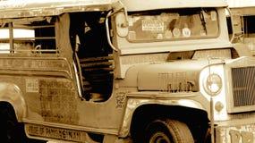 Jipe militar velho rústico em Filipinas, Jeepney, Sepia foto de stock