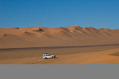 Jipe no deserto sahara Fotos de Stock