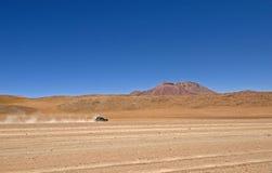 Jipe que cruza o deserto Fotos de Stock Royalty Free