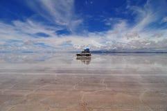 Jipe refletido em Salar de Uyuni Fotos de Stock Royalty Free