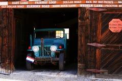 Jipe velho na garagem da cidade fantasma foto de stock royalty free