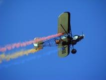 Jippoflygplan som drar Rumänien flagga arkivbilder