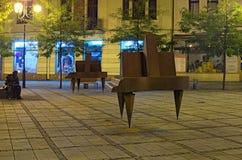 Jirasek-Quadrat Jiraskovo-namesti nachts Sommer Skulptur der modernen Kunst eines Mannes im Gedanken und in zwei Klavieren lizenzfreie stockbilder
