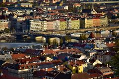 Jirasekbrug en Dansend Huis van luchtmening in zonsonderganglicht, Praag, Tsjechische republiek royalty-vrije stock afbeelding