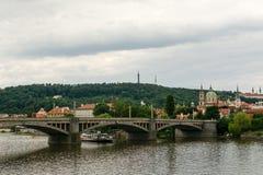 Jiraskuv plus, beau pont sur Vltava la rivière à Prague Photo libre de droits
