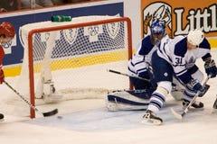 Jiri Hudler Puts The Puck μετά από το Andrew Raycroft του Τορόντου Maple Leafs στοκ εικόνα με δικαίωμα ελεύθερης χρήσης