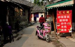 Jiu池氏城镇,中国: 与餐馆的小的运输路线 免版税库存照片