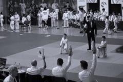 Jiu Jitsu与裁判员的儿童战斗机罗马尼亚冠军的,小辈, 2018年5月 免版税库存照片