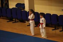 Jiu Jitsu dzieci wojownicy z arbitrem przy Rumuńskim mistrzostwem, juniory, Maj 2018 Zdjęcia Royalty Free