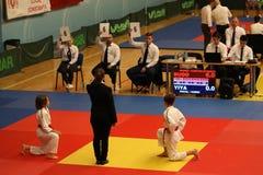 Jiu Jitsu dzieci wojownicy z arbitrem przy Rumuńskim mistrzostwem, juniory, Maj 2018 Zdjęcia Stock