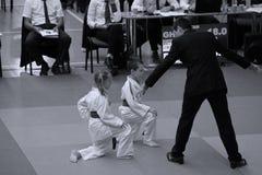 Jiu Jitsu młodzieżowi wojownicy z arbitrem przy Rumuńskim mistrzostwem, juniory, Maj 2018 Zdjęcie Stock