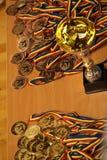 Jiu Jitsu medale i trofeum przy Rumuńskim mistrzostwem, juniory, Maj 2018 Obrazy Stock