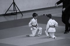 Jiu Jitsu wojownicy z arbitrem przy Rumuńskim mistrzostwem, juniory, Maj 2018 Obrazy Stock
