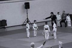 Jiu Jitsu wojownicy z arbitrem przy Rumuńskim mistrzostwem, juniory, Maj 2018 Fotografia Royalty Free