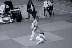 Jiu Jitsu wojownicy z arbitrem przy Rumuńskim mistrzostwem, juniory, Maj 2018 Zdjęcia Royalty Free