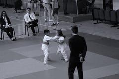 Jiu Jitsu wojownicy z arbitrem przy Rumuńskim mistrzostwem, juniory, Maj 2018 Obrazy Royalty Free