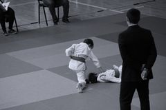 Jiu Jitsu wojownicy z arbitrem przy Rumuńskim mistrzostwem, juniory, Maj 2018 Zdjęcie Stock