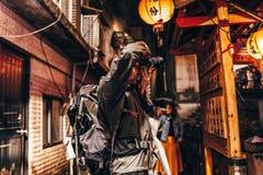 Jiufen, Taiwán - 3/6/19 - un turista masculino toma las fotos en Jiufen imagen de archivo