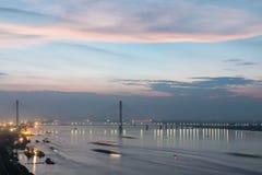 Jiujiang cable-permanecía el puente en anochecer foto de archivo