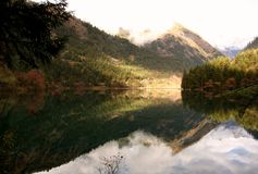 "Jiuzhaigou's ""Mirror Lake† na spokojnym jesień ranku zdjęcia stock"