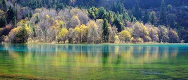 Jiuzhaigou的五颜六色的湖 库存图片