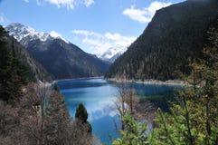 jiuzhaigou的美丽的长的湖 免版税图库摄影