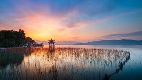 Jixianpaviljoen door Zonsondergang wordt weerspiegeld die stock afbeelding